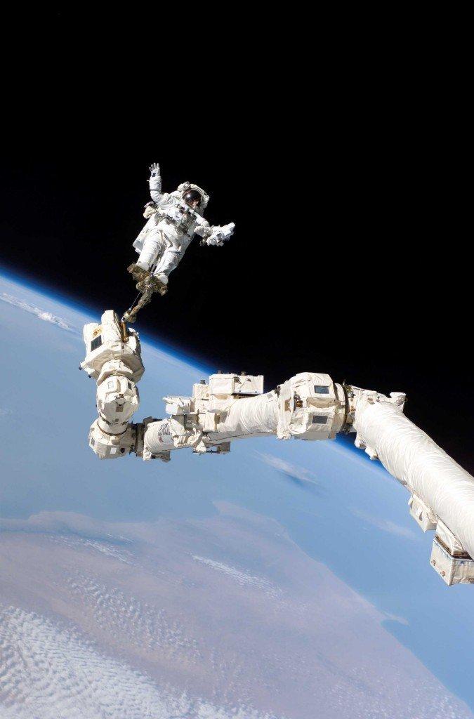 gravity-stephen-robinson-sur-le-bras-robotique-eva-reelle